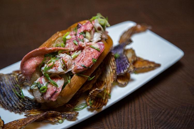 lobster-roll_skullys-fat-belly-clam-shack1